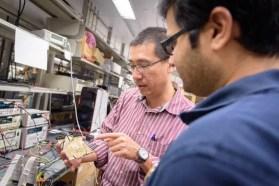 El ingeniero Vincent Leung, en su laboratorio en la Universidad de California en San Diego, EEUU. Leung trabaja en la próxima generación de implantes cerebrales inalámbricos. Foto: Qualcomm Institute Circuits Lab Video. Cortesía de Agencia SINC