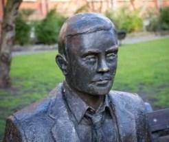 Estatua en homenaje a Alan Turing en Manchester (Inglaterra).