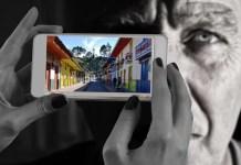 Filosofía en Colombia. Diseño hecho con dos imágenes de Pixabay: foto de Salento, municipio colombiano en el departamento del Quindío, de marcelot87; foto rostro y smartphone de Gerd Altmann.