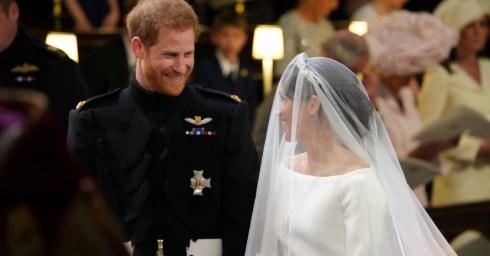 harry-sorri-quando-meghan-chega-ate-ele-para-a-cerimonia-do-casamento-real-a-noiva-chegou-de-carro-com-a-mae-mas-entrou-na-capela-sozinha-acompanhada-de-pajens-1526729623954_
