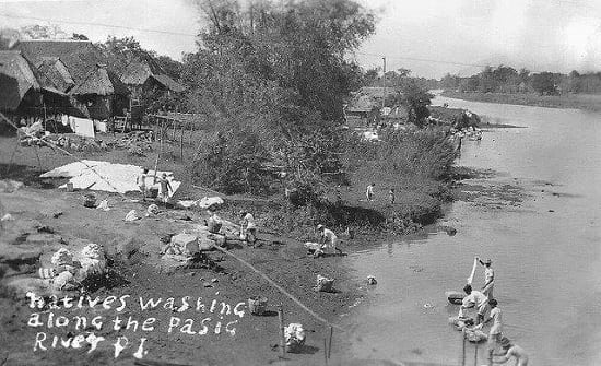 People washing clothes along the Pasig River