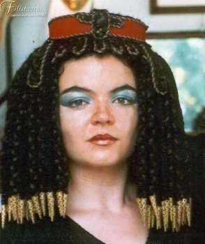 Modella indossa una parrucca egizia nobile in lana nera e marrone con accessori dorati.
