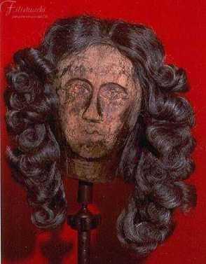 immagine di manichino con parrucca da uomo seicentesca