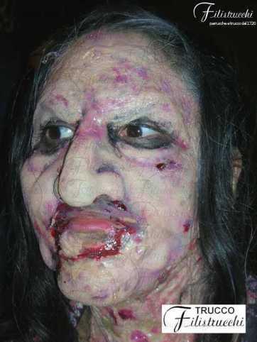 Immagine che rappresenta una maschera horror il cui volto appare tumefatto