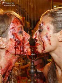 Immagine che rappresenta due personaggi i cui voltisono truccati in maniera da apparire dilaniati da ferite profonde