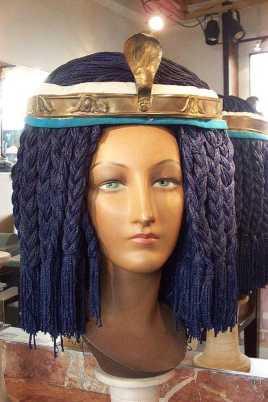 parrucca in cordoncino azzurro con aspide ed accessori dorati
