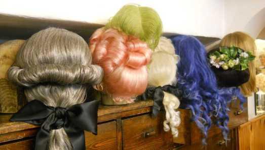 insieme di parrucche per spettacolo