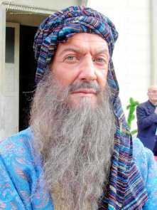 uomo con barba lunga grigia