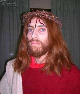 l'immagine rappresenta un trucco da Gesù Cristo per una processione