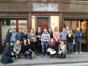 Foto di gruppo davanti alla bottega dopo una visita guidata al laboratorio