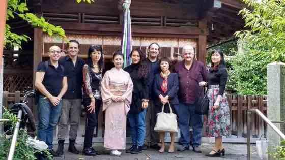 Foto di gruppo al tempio-santuario Kango Shrine luogo della rappresentazione a Nara