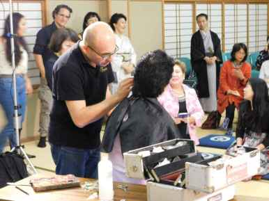 Dimostrazione di trucco, Gherardo trucca Miyoko Omote organizzatore dello spettacolo a Nara