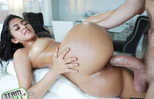 Latina Sophia Leone sex si orgasm filme porno HD .