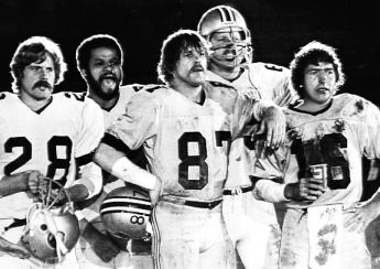 """I mastini del Football (1979) - Nick Nolte nei panni di una giovane star vittima della enorme pressione di uno sport capace di """"svuotare"""" i suoi protagonisti e poi regalarli in panchina una volta non più utili alla vittoria finale"""