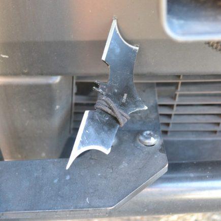 Man gooit Batarang naar politieauto