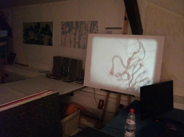 Das bewegte Super8-Bild zwischen statischen Gemälden - Schnappschuss der Endlosschleife.