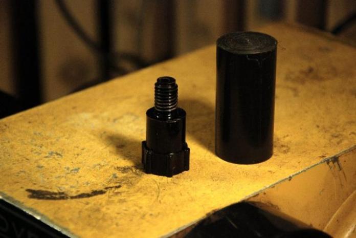 Links die Original-Schraube, rechts der Rohling für die Nachfertigung aus schwarzem POM-Kunststoff
