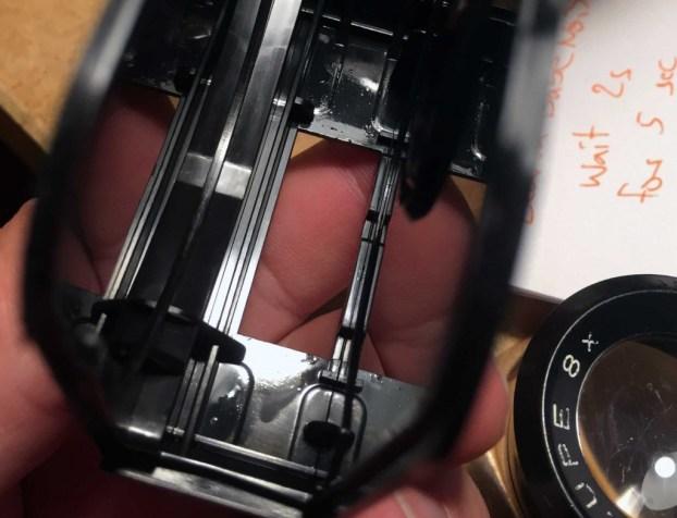 Nass glänzend: Übermässig geschmierte Filmbahn