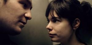 Victoria (LAIA COSTA) und Sonne (FREDERICK LAU) im Fahrstuhl.