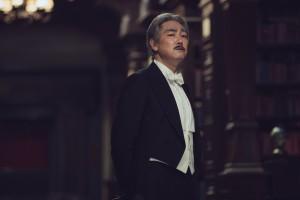 Kouzuki (Cho Jin-woong), ein herrischer Mann aus Korea, bewacht seine kostbare Bibliothek mit Argusaugen.