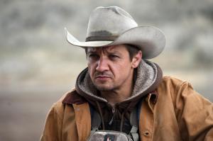"""Jäger, Fallensteller und Fährtenleser im verschneiten und eisigen Indianer-Reservat """"Wind River"""": Cory Lambert (Jeremy Renner)."""