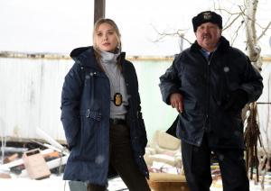 Agentin Jane Banner (Elizabeth Olsen) und Ben (Graham Greene) bei der Aufklärung des Falls.