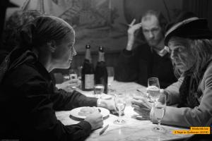 Michael Jürgs (Robert Gwisdek, hinten) beobachtet Romy Schneider (Marie Bäumer) während ihres Gesprächs mit einem unbekannten Poeten (Denis Lavant)