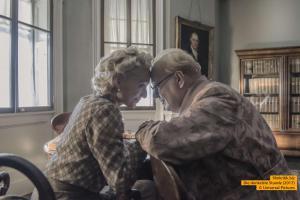 Kristin Scott Thomas und Gary Oldman als Clementine und Winston Churchill in Die Dunkelste Stunde