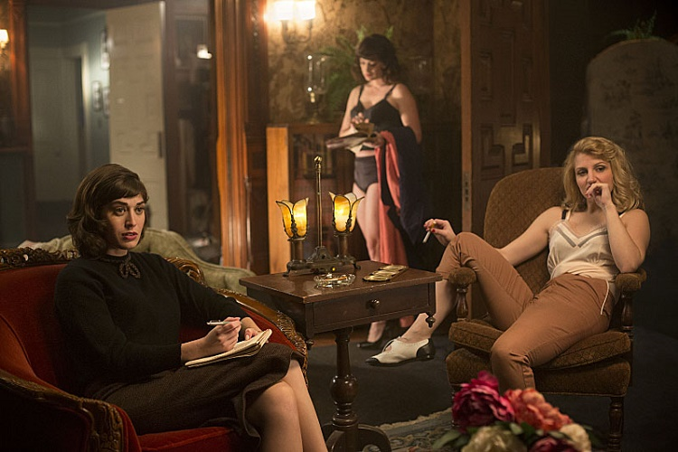 Lizzy Caplan as Virginia Johnson and Annaleigh Ashford as Betty in Masters of Sex (season 1, episode 2) - Photo: Peter Iovino/SHOWTIME - Photo ID: MastersofSex_102_0653