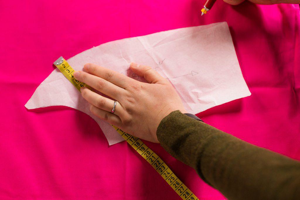 Die gewünschte Nahtzugabe mit einem Lineal oder Maßband anlegen