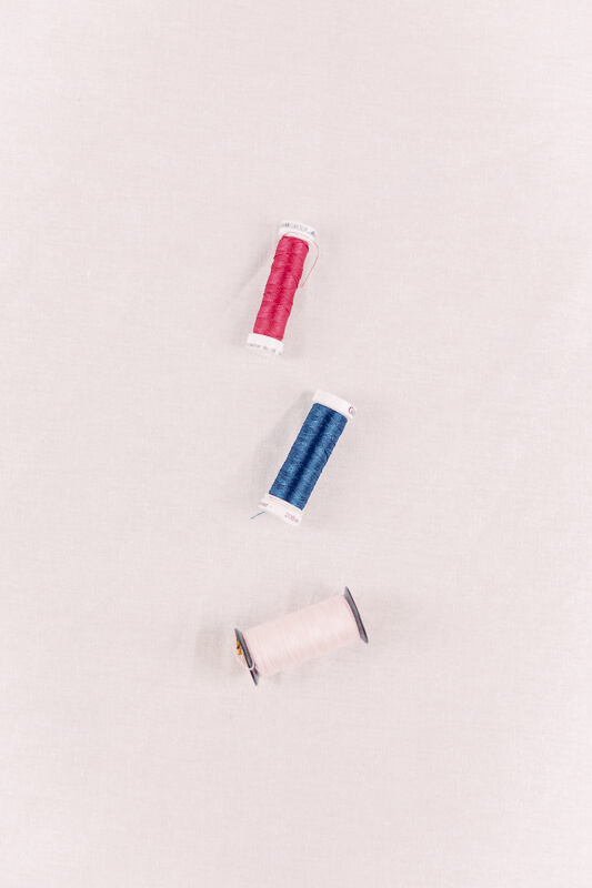 Nähgarn in Rosa, Blau und Rot