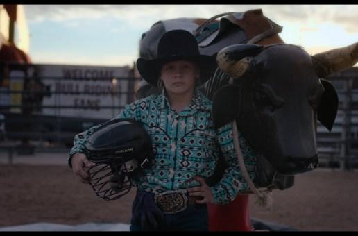 GLITZER UND STAUB (2020): Kritik zum Dokumentarfilm. Bullenritt durch ein gespaltenes Amerika.