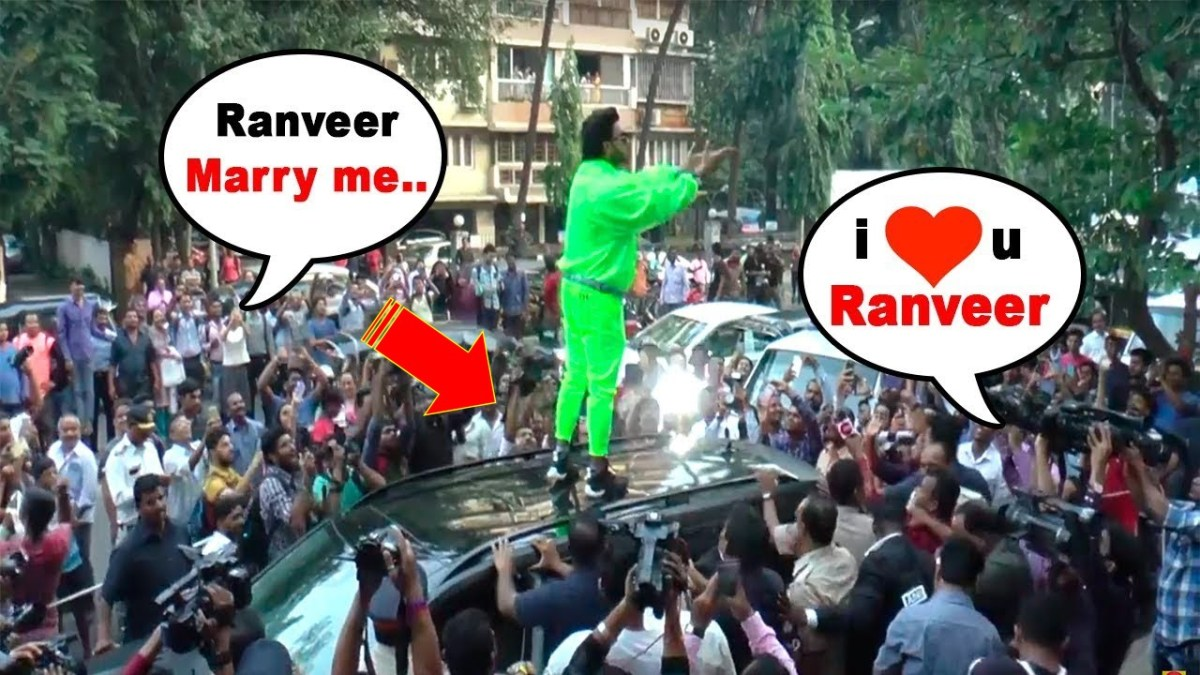 Ranveer Singh Goes Crazy and gets on the top of his Car at an Event in Mumbai