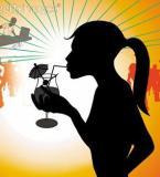 Jeune fille buvant verre d'alcool