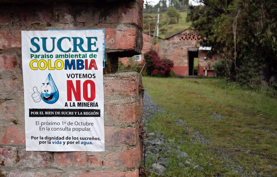A poster outside a farm in Sucre urges residents to vote against mining. (Credit: Manuel Rueda)