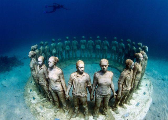 Viccisitudes-underwater-statues
