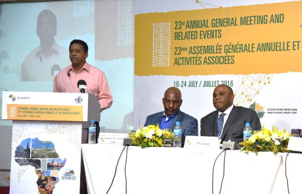 AG 2016 d'Afreximbank aux Seychelles: Danny Faure, Vice-Président des Seychelles, s'adressent aux Actionnaires, sous les yeux attentifs de Dr. Benedict Oramah, Président d'Afreximbank (1er à droite) et Denys Denya, Vice-Président Exécutif d'Afreximbank.