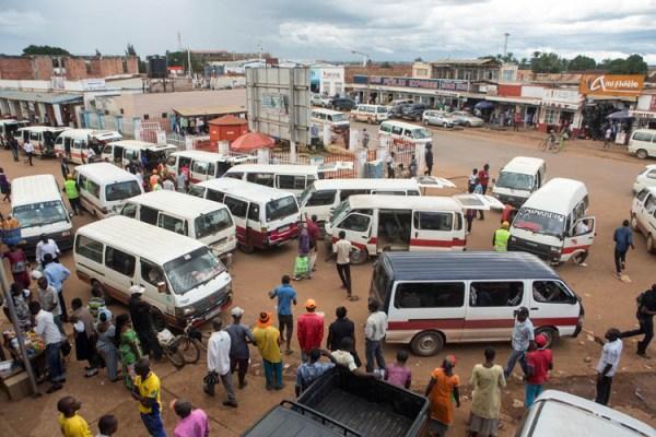 Une gare de mini-bus au centre ville de Lubumbashi, capitale de la province minière du Katanga, en République démocratique du Congo, le 24 février 2015.