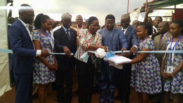 Coupure de ruban par Sawadogo Issa (Représentant résident de la Commission de l'UEMOA au Togo), Victoire Tomegah Dogbey, le prefet Melebou et Venance Agopome, vice-president de la Chambre de commerce et d'industrie du Togo