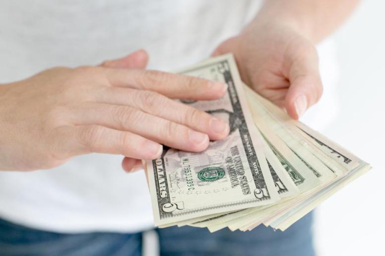 Rüyada Annenin Elinde Kağıt Para Olduğunu Görmek