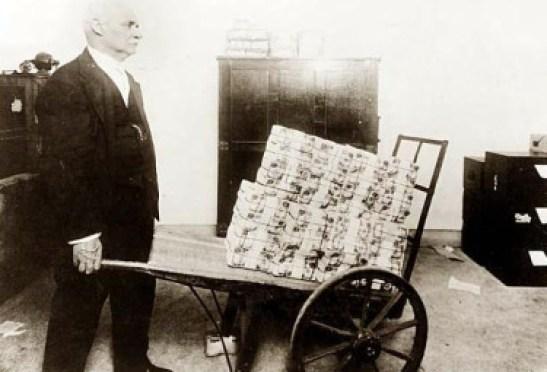 Risultati immagini per carriola banconote