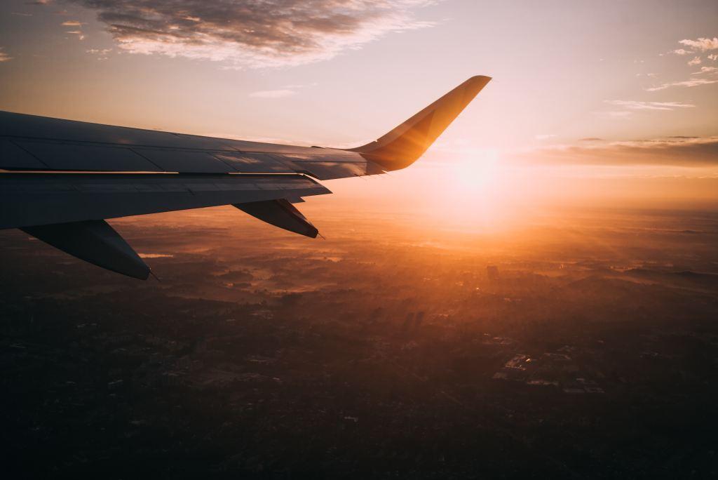Sicht auf einen Flugzeugflügel