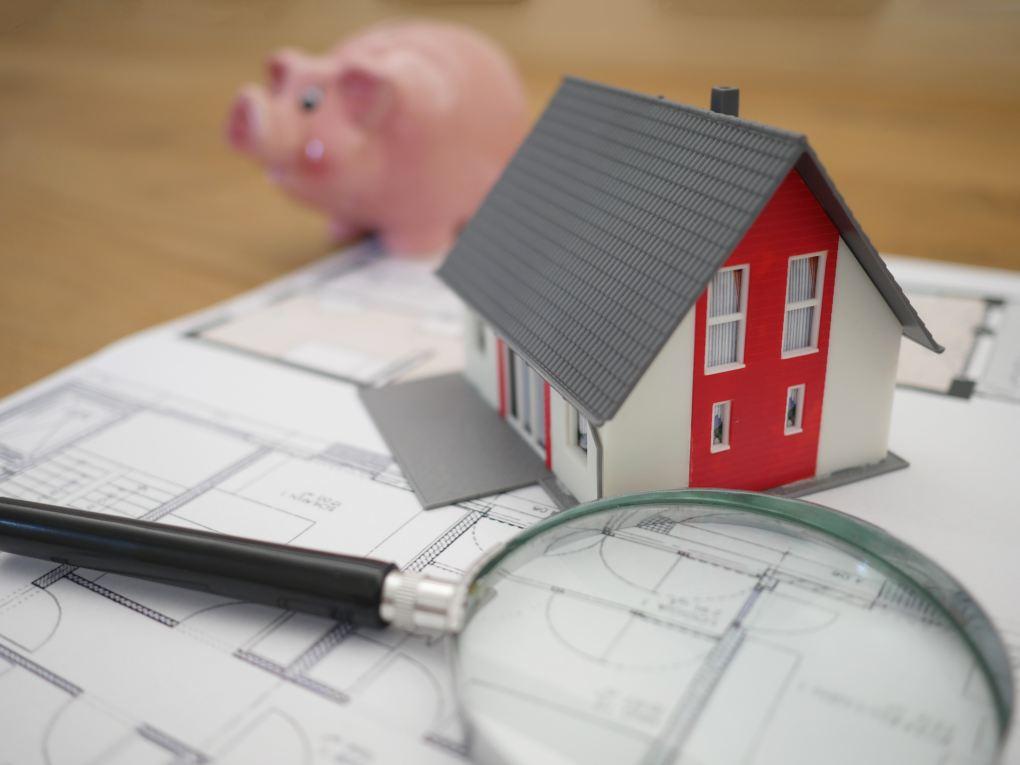 Haus und Sparschwein auf Skizze