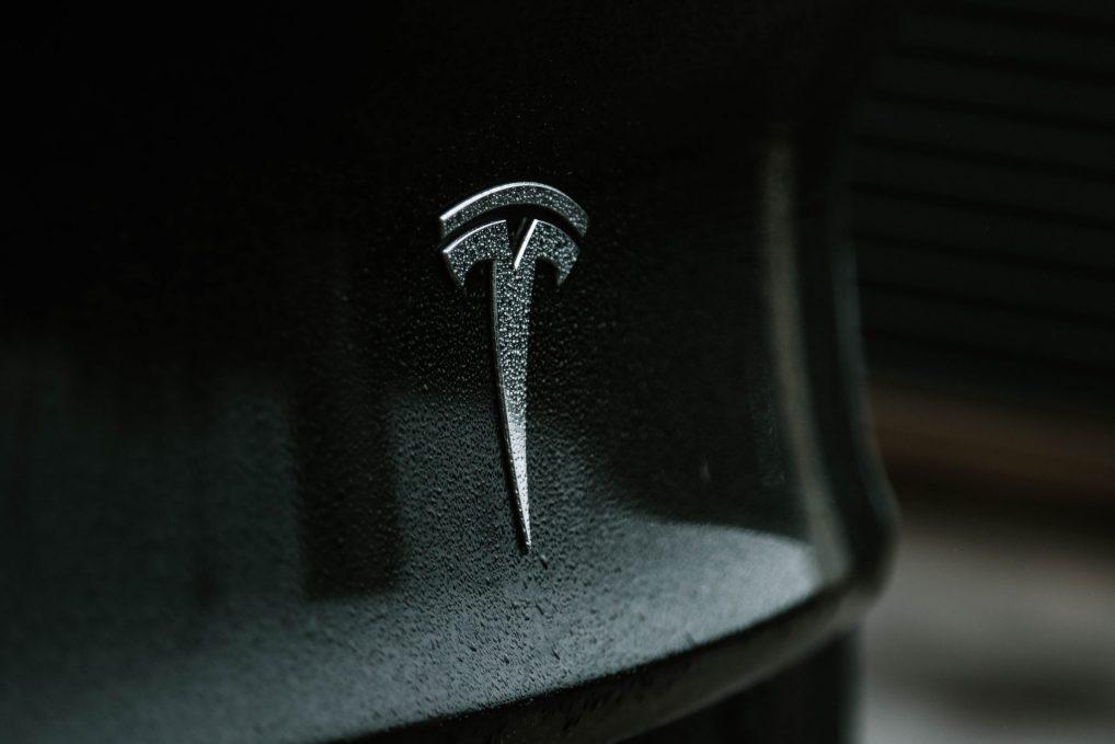 Tesla Logo auf einem Tesla Model 3