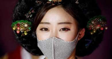 Masked fashion models walk Seoul runway amid Covid-19