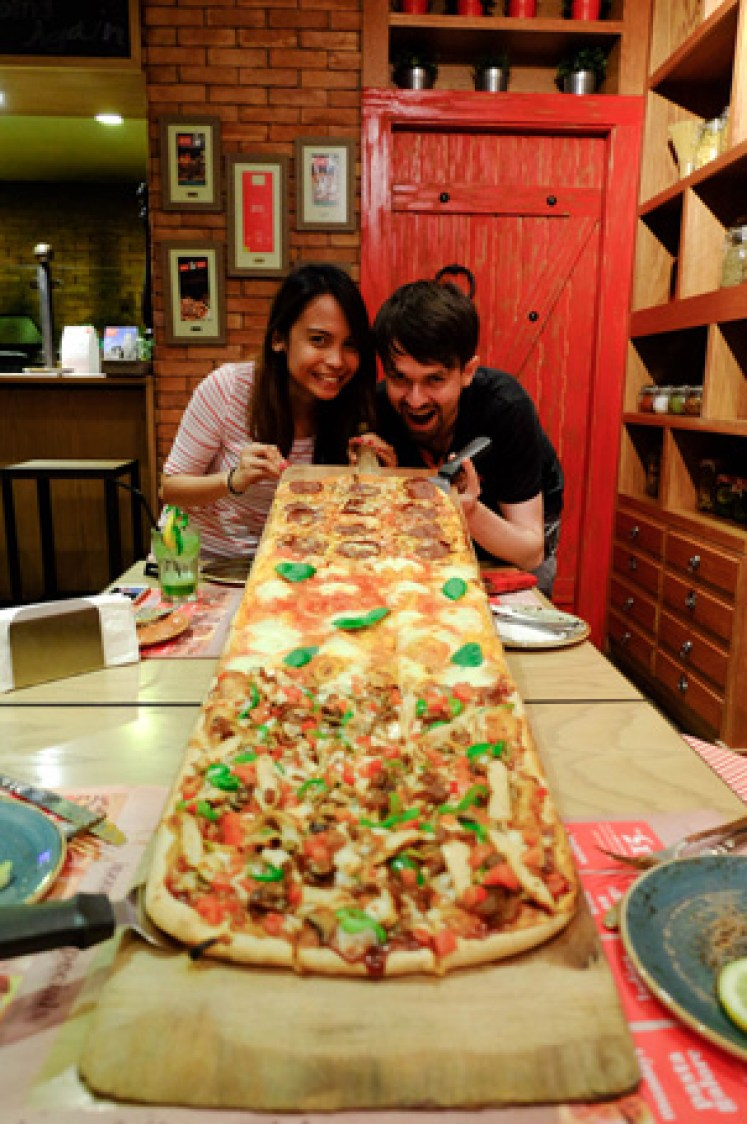 one meter long itzza pizza