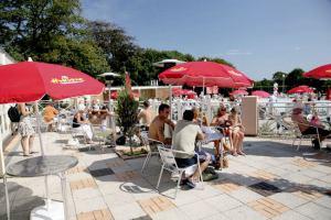 Poolside Patio ay Hoburne Bashley - Hoburne Bashley Holiday Park