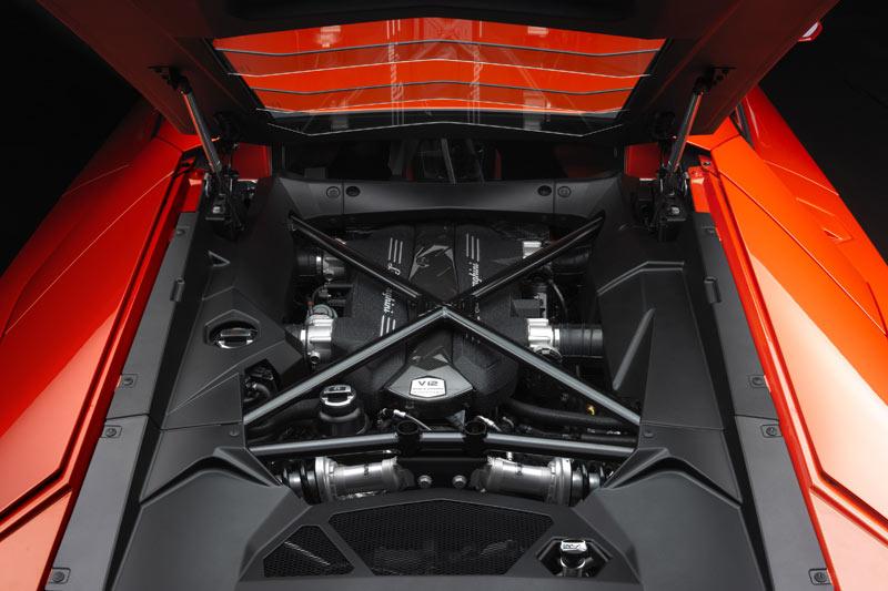 Der Aventador präsentiert den Zwölfzylinder wie ein technisches Kunstwerk in einer Vitrine