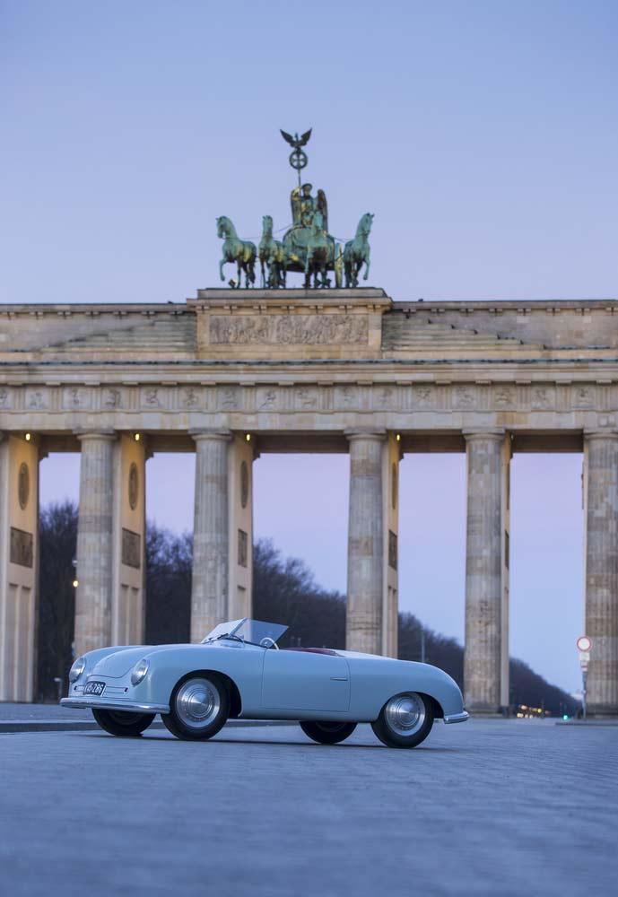 Der Porsche 356 Nr.1 vor dem Brandenburger Tor in Berlin