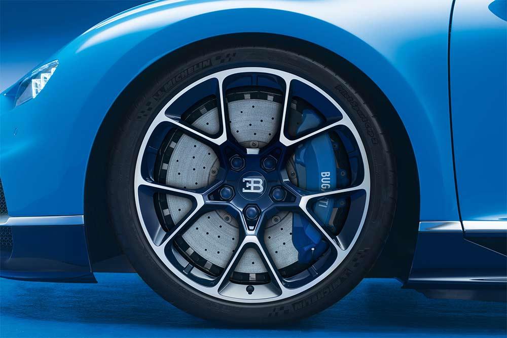 Bugatti Chiron mit Rädern aus einer speziell geschmiedeten Aluminiumlegierung